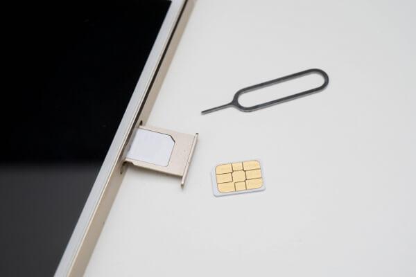 SIMカードを挿す
